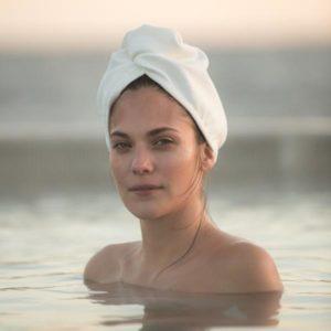 Aquis turban hårhandduk - modell i vatten med turban